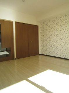 リヴェール湘南のアクセントクロス付の洋室